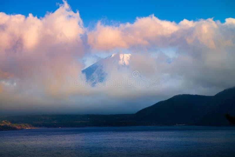 Τοποθετήστε το Φούτζι και τη λίμνη Motosu στοκ φωτογραφίες