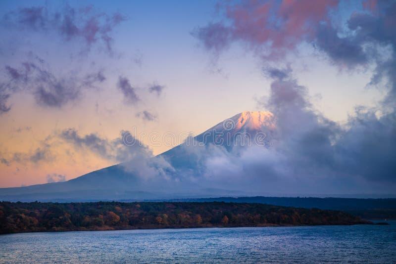 Τοποθετήστε το Φούτζι και τη λίμνη Motosu στοκ εικόνα