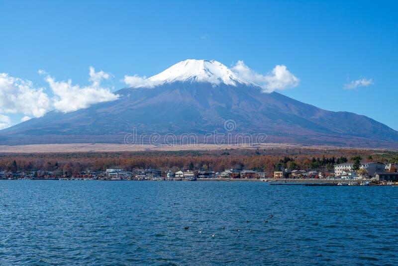 Τοποθετήστε το Φούτζι και τη λίμνη Yamanaka σε Yamanashi, Ιαπωνία στοκ φωτογραφίες