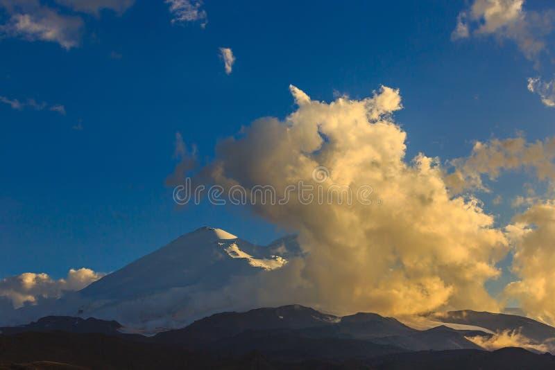 Τοποθετήστε Elbrus κατά τη διάρκεια του ηλιοβασιλέματος στις ακτίνες του ήλιου στοκ εικόνες με δικαίωμα ελεύθερης χρήσης