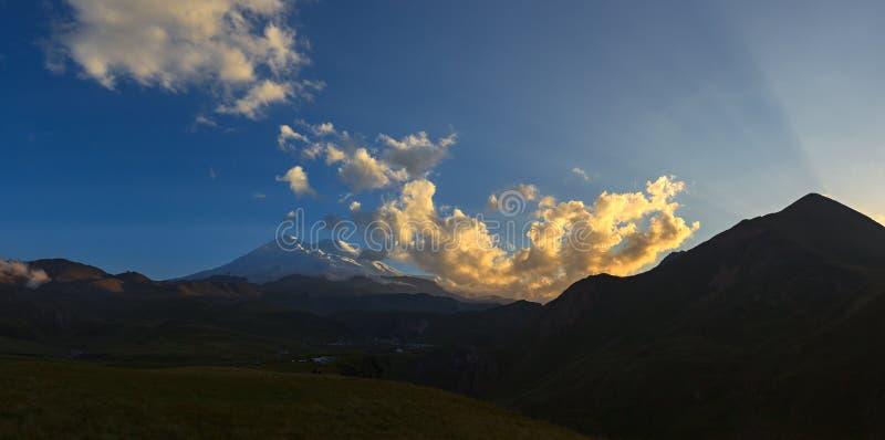 Τοποθετήστε Elbrus κατά τη διάρκεια του ηλιοβασιλέματος στις ακτίνες του ήλιου στοκ εικόνες
