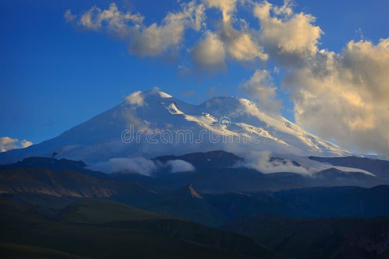 Τοποθετήστε Elbrus κατά τη διάρκεια του ηλιοβασιλέματος στις ακτίνες του ήλιου στοκ εικόνα με δικαίωμα ελεύθερης χρήσης