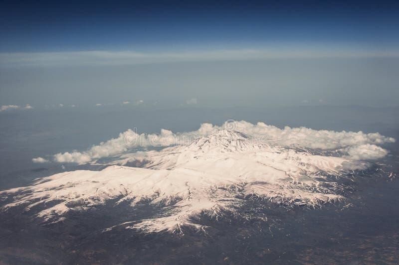 Τοποθετήστε Elbrus, Καύκασος Άποψη από το παράθυρο του αεροπλάνου στοκ εικόνες