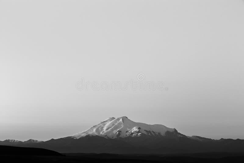 Τοποθετήστε Elbrus στην αυγή Άποψη των ηλιοφώτιστων κλίσεων του ηφαιστείου στοκ εικόνες με δικαίωμα ελεύθερης χρήσης
