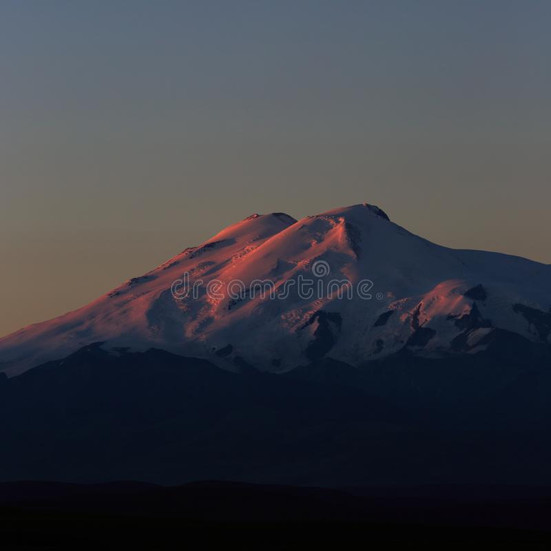 Τοποθετήστε Elbrus στην αυγή Άποψη των ηλιοφώτιστων κλίσεων του ηφαιστείου στοκ φωτογραφίες με δικαίωμα ελεύθερης χρήσης