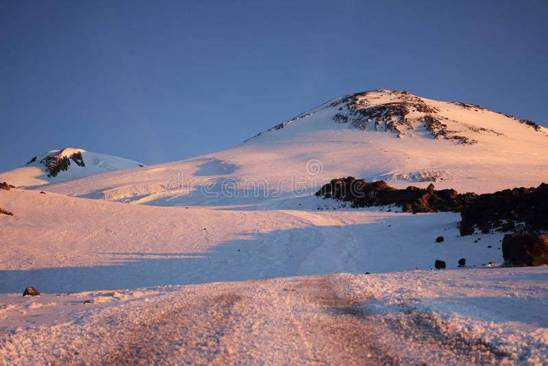 Τοποθετήστε Elbrus στην αυγή στοκ φωτογραφίες