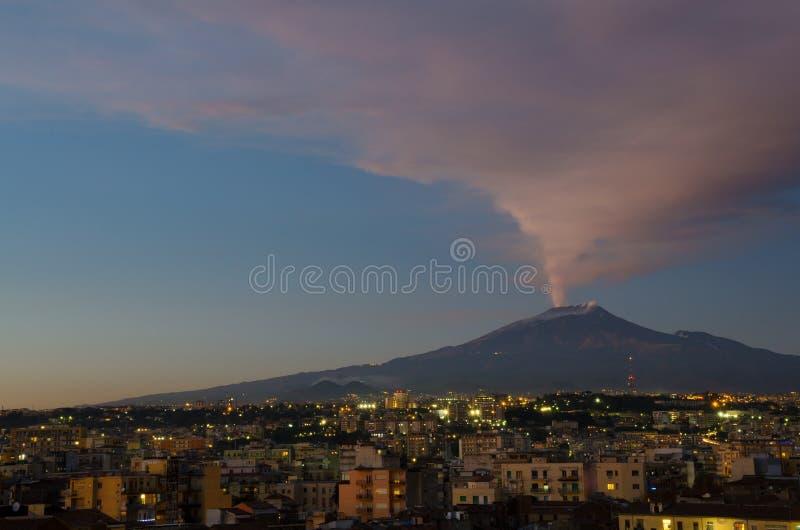 Τοποθετήστε Etna που εκρήγνυται πέρα από έναν ύπνο Κατάνια στοκ εικόνα με δικαίωμα ελεύθερης χρήσης