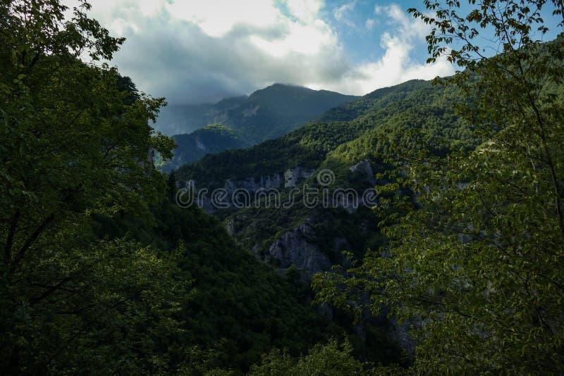 Τοποθετήστε Olympus στην Ελλάδα Κοιλάδα βουνών με τον όμορφο ουρανό στοκ φωτογραφία
