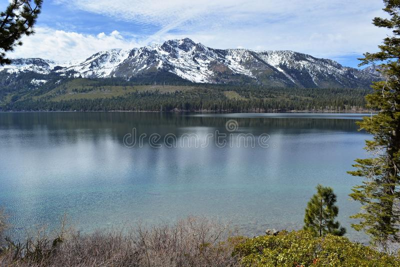 Τοποθετήστε Tallac και την πεσμένη λίμνη Καλιφόρνια φύλλων στοκ εικόνες με δικαίωμα ελεύθερης χρήσης
