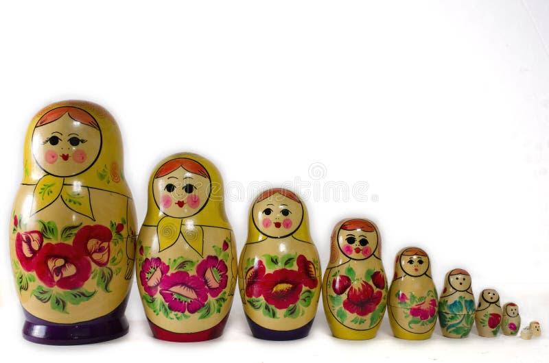 Τοποθετημένη στη σειρά να τοποθετηθεί τα δέκα κούκλα στοκ φωτογραφίες