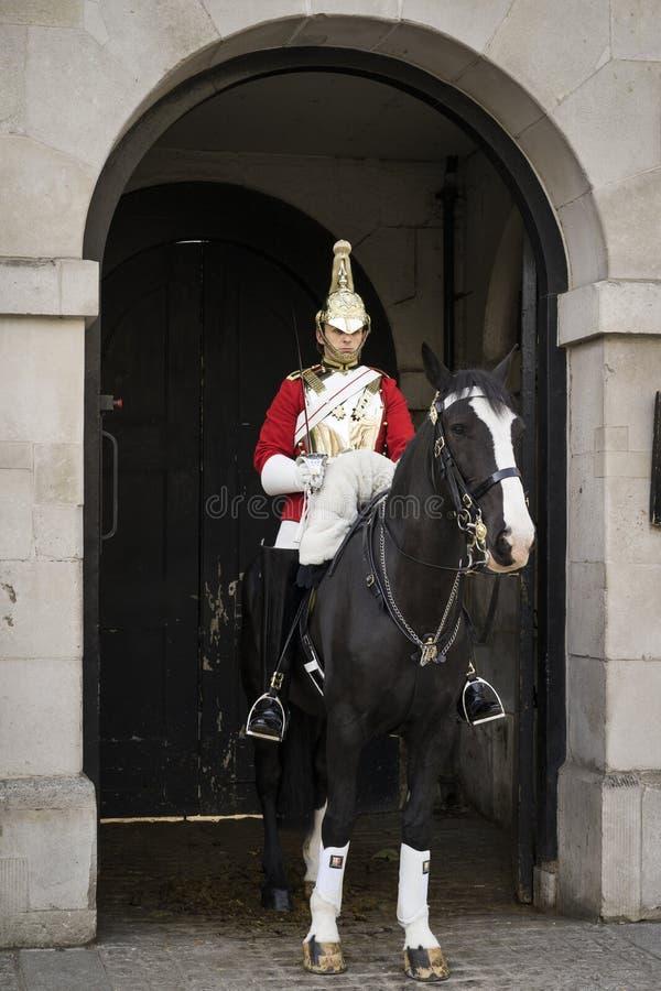 Τοποθετημένη φρουρά έξω από τις φρουρές αλόγων από το Γουάιτχωλ στο κεντρικό Λονδίνο στοκ φωτογραφίες