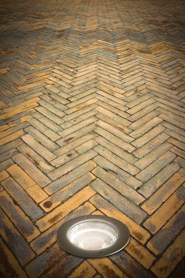 Τοποθετημένος λαμπτήρας πατωμάτων στο πάτωμα τερακότας - εικόνα με το διάστημα αντιγράφων στοκ φωτογραφίες με δικαίωμα ελεύθερης χρήσης