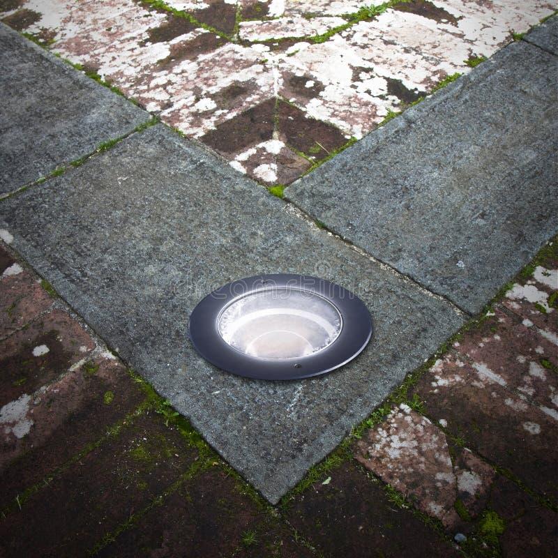 Τοποθετημένος λαμπτήρας πατωμάτων στο πάτωμα τερακότας στοκ φωτογραφίες