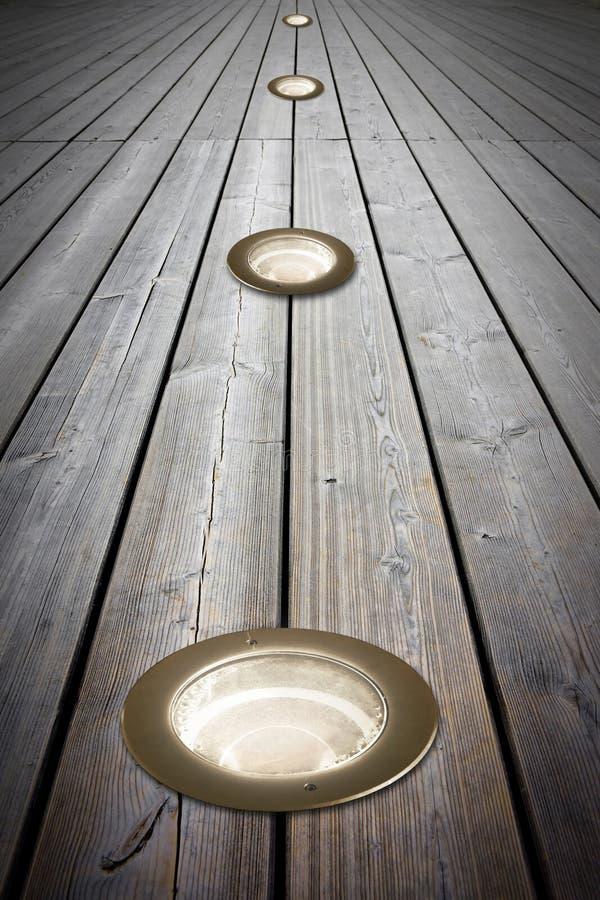 Τοποθετημένος λαμπτήρας πατωμάτων στο παλαιό ξύλινο πάτωμα - εικόνα με το διάστημα αντιγράφων στοκ φωτογραφίες