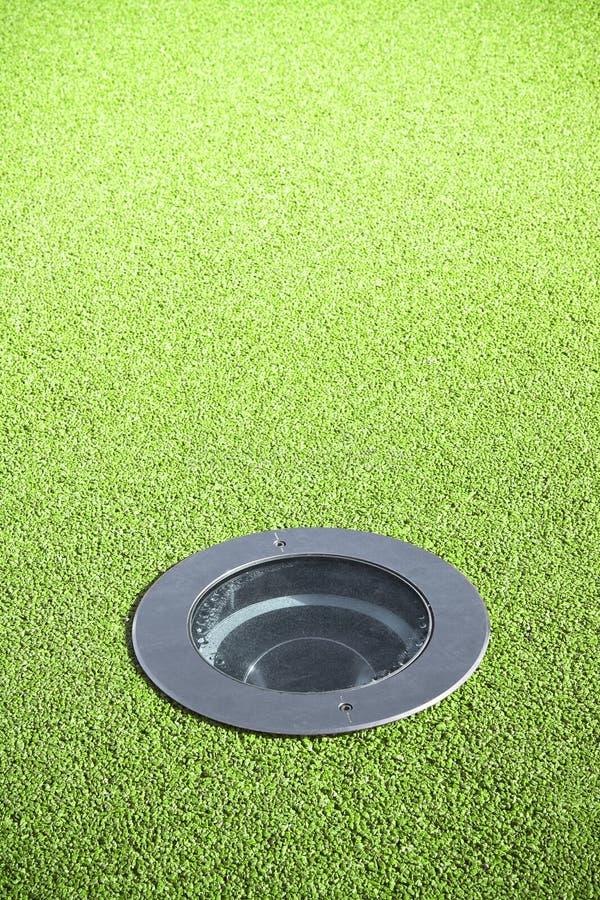 Τοποθετημένος λαμπτήρας πατωμάτων στο πράσινο πάτωμα αμμοχάλικου - εικόνα με το αντίγραφο spac στοκ εικόνες με δικαίωμα ελεύθερης χρήσης