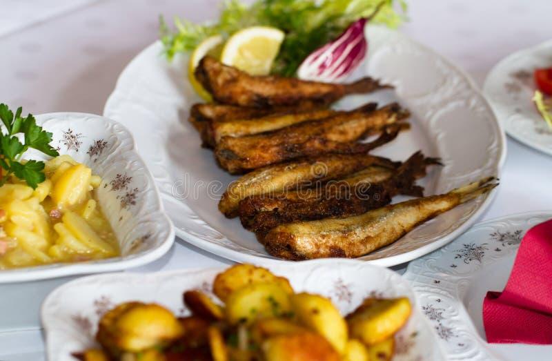 Τοποθετημένος πίνακας σε ένα εστιατόριο με τα ψάρια και τις πατάτες 3 στοκ εικόνες
