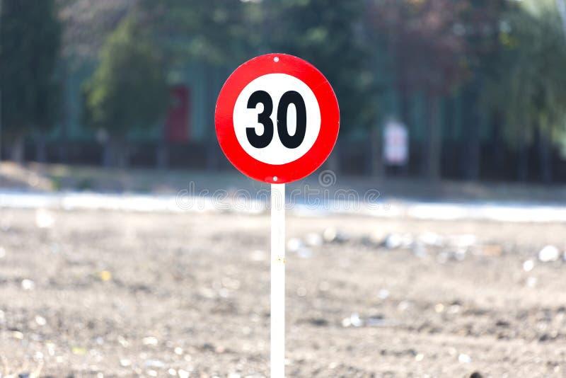 Τοποθετημένος στην άκρη του κόκκινων μετάλλου και υπαίθρια του σημαδιού οδικής ταχύτητας στοκ φωτογραφία με δικαίωμα ελεύθερης χρήσης