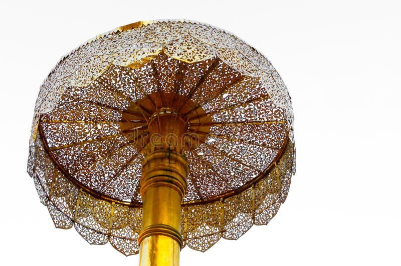 Τοποθετημένος στη σειρά χρυσός ομπρελών, Wat Phra που ναός Doi Suthep στην Ταϊλάνδη στοκ εικόνα