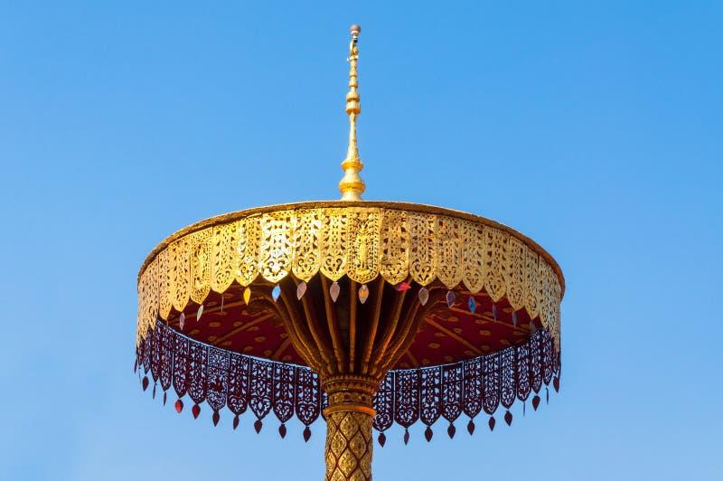 Τοποθετημένος στη σειρά χρυσός ομπρελών, τέχνη Ταϊλανδός, Wat Phra εκείνο το hariphunchai Lamphun Ταϊλάνδη στοκ φωτογραφία με δικαίωμα ελεύθερης χρήσης