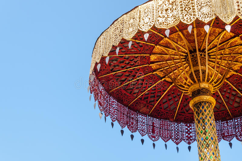 Τοποθετημένος στη σειρά χρυσός ομπρελών, τέχνη Ταϊλανδός, Wat Phra εκείνο το hariphunchai Lamphun Ταϊλάνδη στοκ φωτογραφία