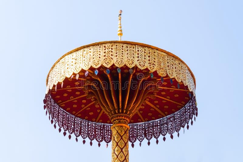 Τοποθετημένος στη σειρά χρυσός ομπρελών, τέχνη Ταϊλανδός, Wat Phra εκείνο το hariphunchai Lamphun Ταϊλάνδη στοκ φωτογραφίες με δικαίωμα ελεύθερης χρήσης