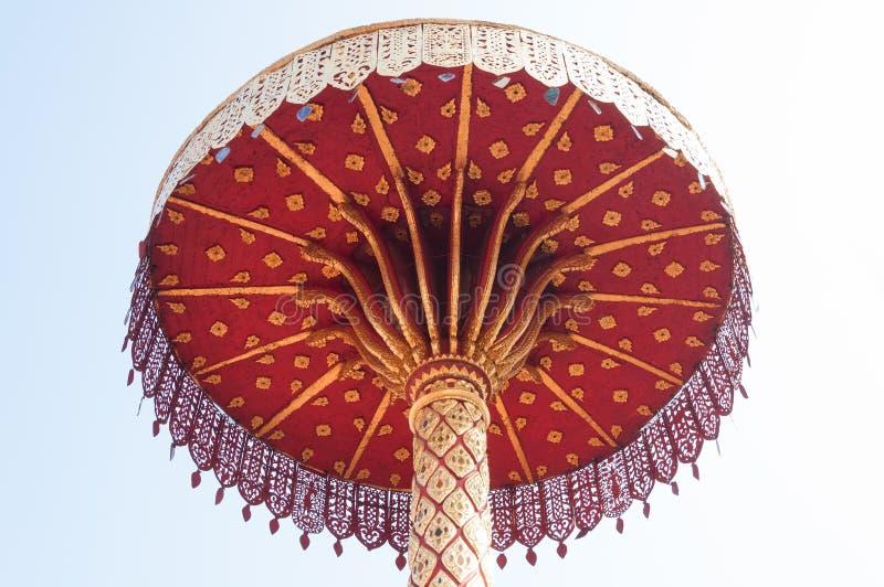 Τοποθετημένος στη σειρά χρυσός ομπρελών, τέχνη Ταϊλανδός, Wat Phra εκείνο το hariphunchai Lamphun Ταϊλάνδη στοκ εικόνες με δικαίωμα ελεύθερης χρήσης
