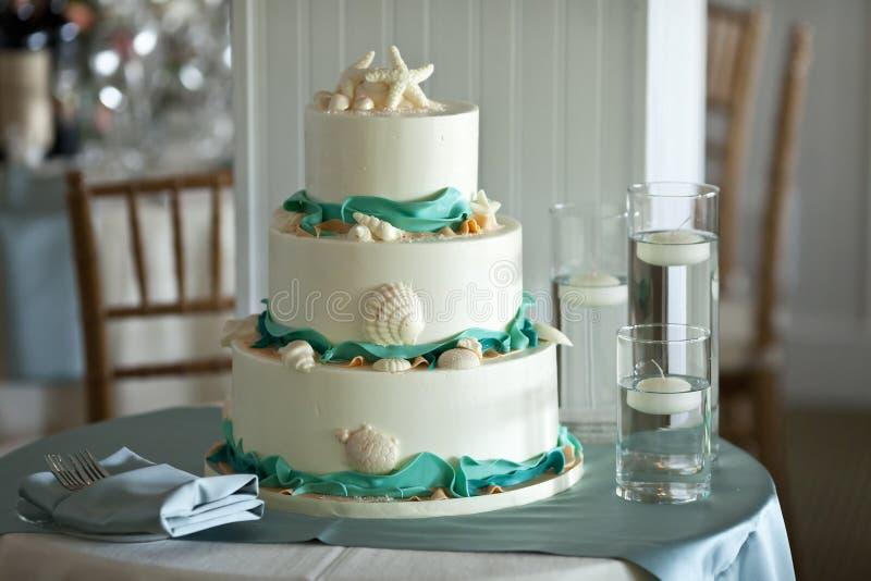 Τοποθετημένο στη σειρά γαμήλιο τρία κέικ στοκ εικόνες