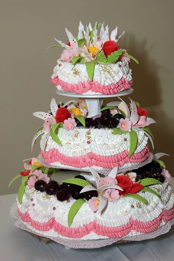 Τοποθετημένο στη σειρά κέικ τρία για τους γαμήλιους καλλωπισμούς στοκ φωτογραφία με δικαίωμα ελεύθερης χρήσης