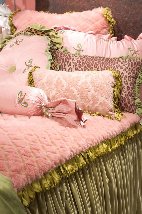 τοποθετώντας στο κρεβάτι linens πολυτέλεια upscale στοκ φωτογραφία