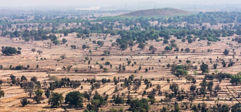 Τοπ άποψη ή εναέρια άποψη της του χωριού επαρχίας τοπίων και του πράσινου τομέα, του αγροτικού χωριού στην πράσινη φύση δέντρων κ στοκ εικόνα με δικαίωμα ελεύθερης χρήσης