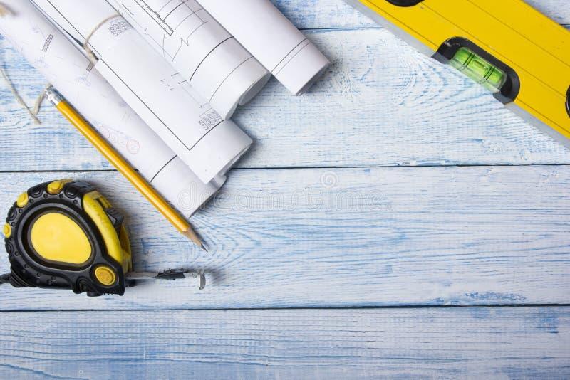 Τοπ άποψη αρχιτεκτόνων worplace Αρχιτεκτονικό πρόγραμμα, σχεδιαγράμματα, ρόλοι σχεδιαγραμμάτων για τον ξύλινο πίνακα γραφείων Κατ στοκ φωτογραφίες