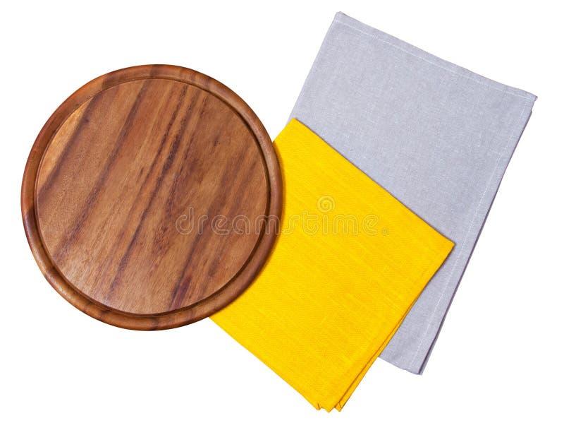 Τοπ άποψη γύρω από τον ξύλινο τέμνοντα πίνακα, πετσέτα, σκοτεινό πιάτο, που απομονώνεται στο άσπρο υπόβαθρο - πίνακας πιτσών κενό στοκ φωτογραφία με δικαίωμα ελεύθερης χρήσης
