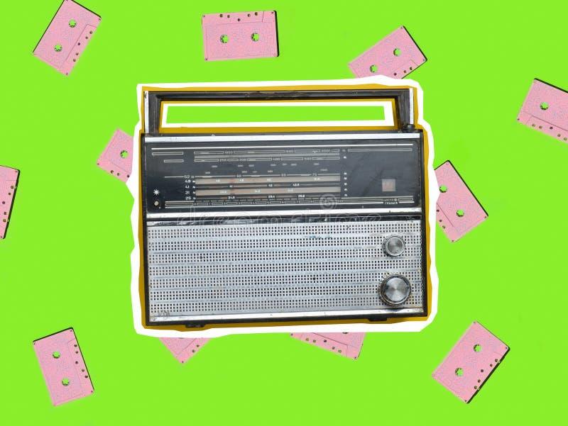 Τοπ άποψη ενός αναδρομικού ραδιο δέκτη σε ένα κίτρινο υπόβαθρο Πολιτισμός της δεκαετίας του '70 r στοκ φωτογραφία με δικαίωμα ελεύθερης χρήσης
