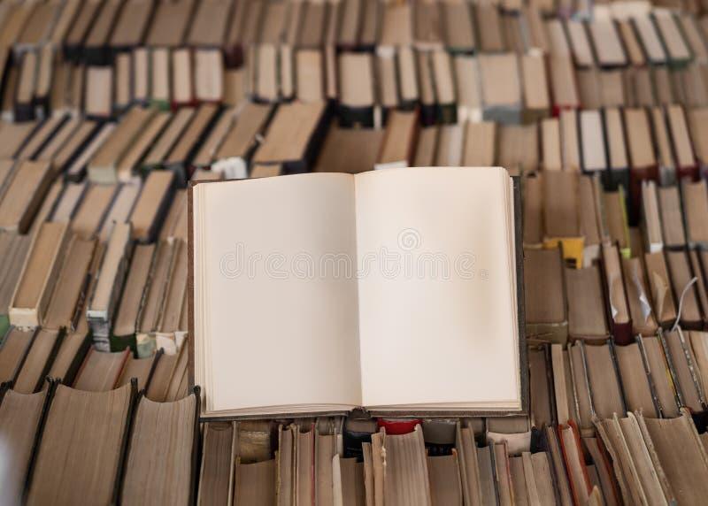 Τοπ άποψη ενός ανοιγμένου βιβλίου πέρα από το μέρος των βιβλίων Έννοια φρόνησης και γνώσης r στοκ φωτογραφία με δικαίωμα ελεύθερης χρήσης