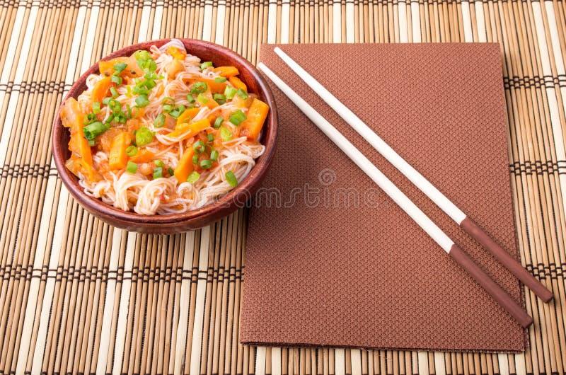 Τοπ άποψη ενός ασιατικού κύπελλου του νουντλς ρυζιού και του φυτικού καρυκεύματος στοκ φωτογραφία με δικαίωμα ελεύθερης χρήσης