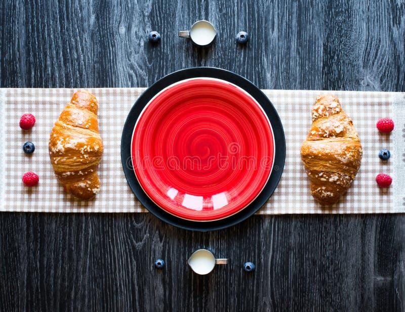 Τοπ άποψη ενός ξύλινου επιτραπέζιου συνόλου των κέικ, φρούτα, καφές, μπισκότα στοκ εικόνες με δικαίωμα ελεύθερης χρήσης