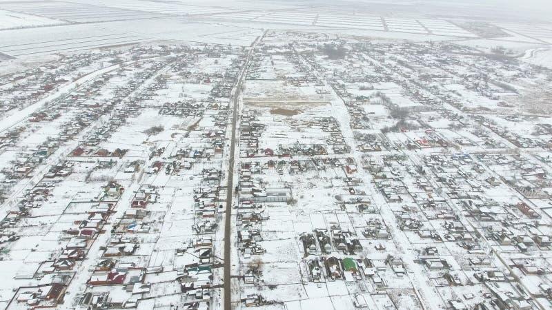 Τοπ άποψη ενός χειμερινού χωριού Η αγροτική τακτοποίηση καλύπτεται με το χιόνι Χιόνι και χειμώνας στο χωριό στοκ εικόνα