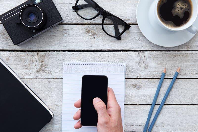 Τοπ άποψη ενός χεριού με το κινητό τηλέφωνο στοκ εικόνες