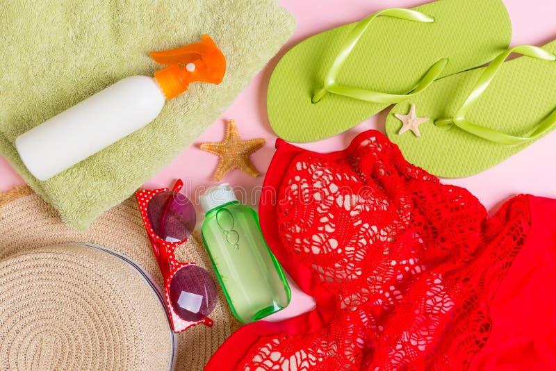 Τοπ άποψη θερινών εξαρτήσεων γυναικών σχετικά με το υπόβαθρο χρώματος Έννοια διακοπών μόδας στοκ φωτογραφία με δικαίωμα ελεύθερης χρήσης