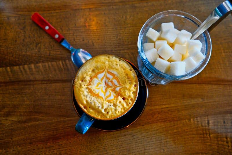 Τοπ άποψη κύπελλων καφέ και ζάχαρης στοκ εικόνα
