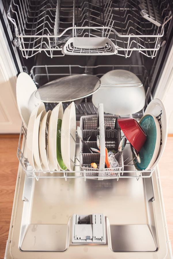 Τοπ άποψη μιας πλήρους μηχανής πλυσίματος των πιάτων με τη ανοιχτή πόρτα στοκ εικόνες