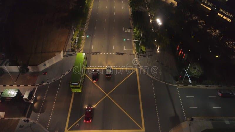 Τοπ άποψη να οδηγήσει τα αυτοκίνητα στην πόλη τη νύχτα πλάνο Όμορφη άποψη της ζωής νύχτας μιας μεγάλης μητρόπολης Έννοια στοκ φωτογραφίες