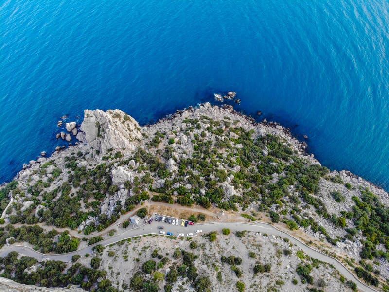 Τοπ άποψη πέρα από τα βουνά στη θάλασσα στοκ φωτογραφία