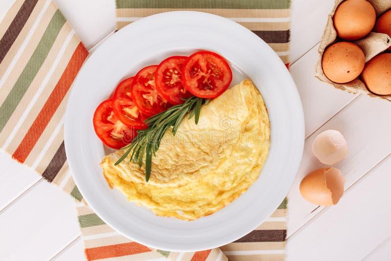 Τοπ άποψη προγευμάτων ντοματών φετών αυγών ομελετών στοκ φωτογραφίες με δικαίωμα ελεύθερης χρήσης