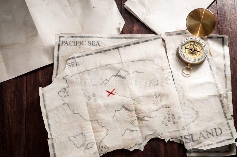 Τοπ άποψη στον πίνακα με τον εκλεκτής ποιότητας χάρτη με το αφηρημένο νησί και τη ναυτική πυξίδα στοκ φωτογραφίες με δικαίωμα ελεύθερης χρήσης
