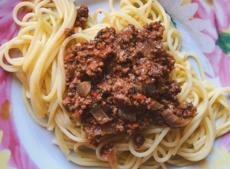 Τοπ άποψη σχετικά με ένα πιάτο τα μακαρόνια που ολοκληρώνονται με με το τηγανισμένο κρέας δύναμης στοκ φωτογραφίες με δικαίωμα ελεύθερης χρήσης