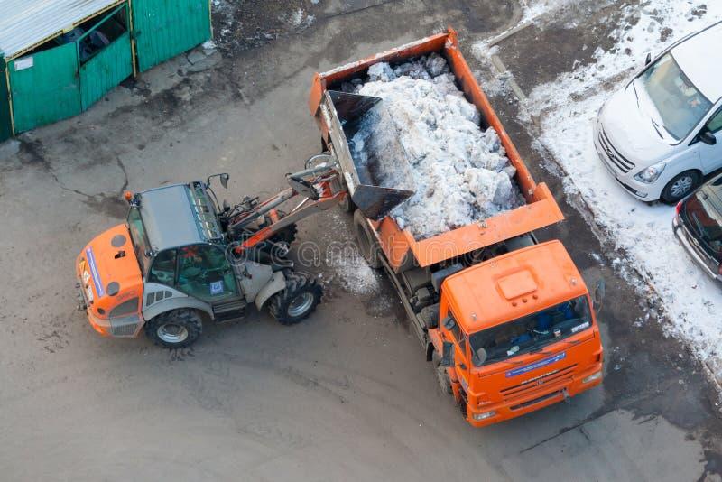 Τοπ άποψη σχετικά με μια μηχανή και ένα φορτηγό χιόνι-αφαίρεσης στοκ φωτογραφία με δικαίωμα ελεύθερης χρήσης