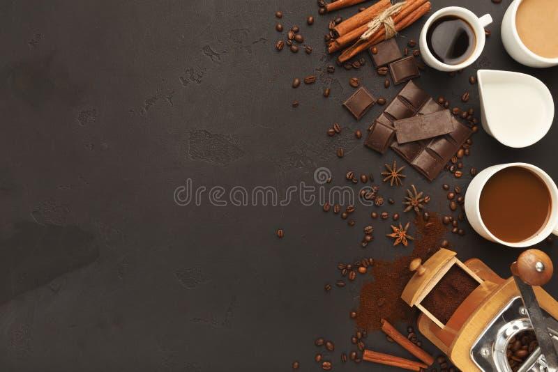 Τοπ άποψη σχετικά με τα διάφορα φλυτζάνια καφέ, τα διεσπαρμένα φασόλια και τα καρυκεύματα, ΤΣΕ στοκ εικόνα με δικαίωμα ελεύθερης χρήσης