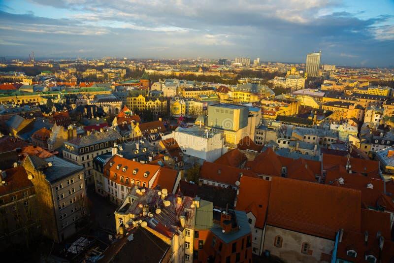Τοπ άποψη σχετικά με την παλαιά πόλη με τα όμορφα ζωηρόχρωμα κτήρια στη Ρήγα, Λετονία στοκ φωτογραφία με δικαίωμα ελεύθερης χρήσης