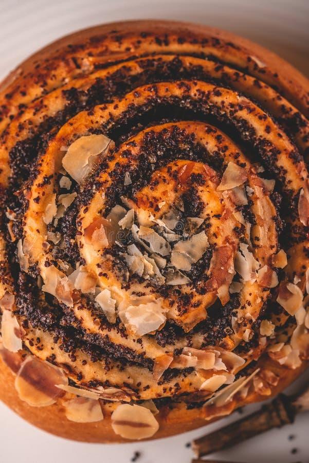Τοπ άποψη σχετικά με το γλυκό κυλημένο κουλούρι με την παπαρούνα στο άσπρο πιάτο στοκ φωτογραφίες με δικαίωμα ελεύθερης χρήσης